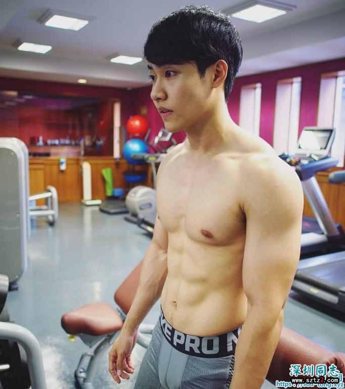 体院健身房肌肉男的诱惑
