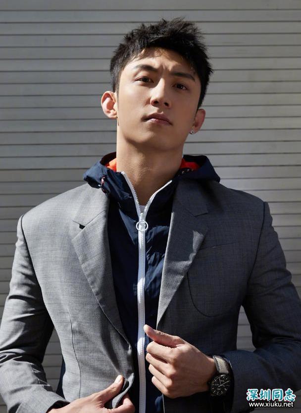 黄景瑜时尚街拍曝光 化身都市型男出镜魅力十足