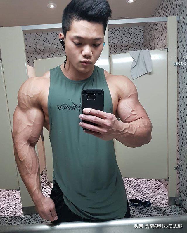 22岁华裔小伙肌肉劲爆,这块头不输欧美巨无霸
