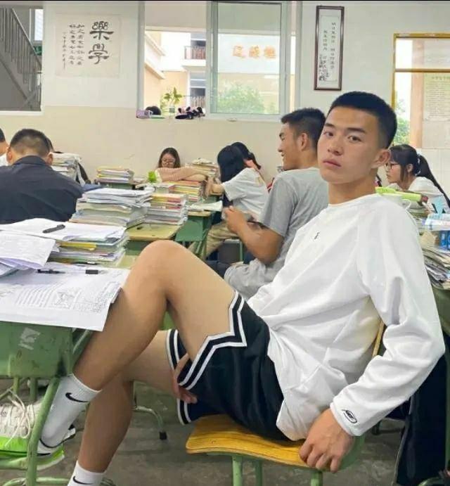 成都的男生有多帅?网友抓拍大长腿班草
